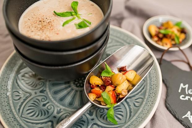 Eine Einlage mit Nüssen und Butter peppen die Suppe richtig auf.