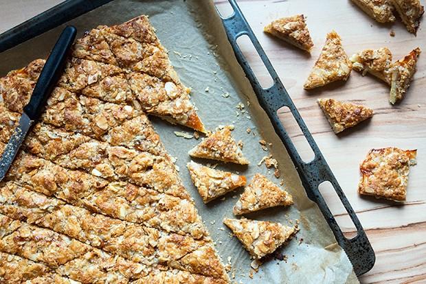 Die ausgekühlte Keksplatte in gleichgroße Quadrate schneiden.