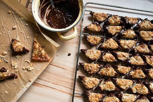 Die Spitzen der Kekse in Schokolade tauchen und trocknen lassen.