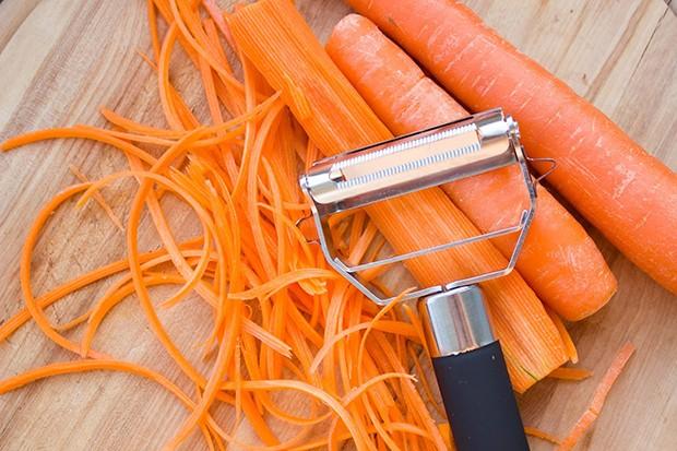 Der Sparschäler oder Julienne-Schneider macht aus dem Wurzelgemüse spaghettiartige Gemüsestreifen.