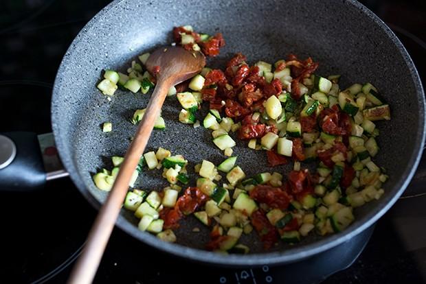 Das Gemüse, in diesem Fall Zucchinistücke, werden scharf angebraten.