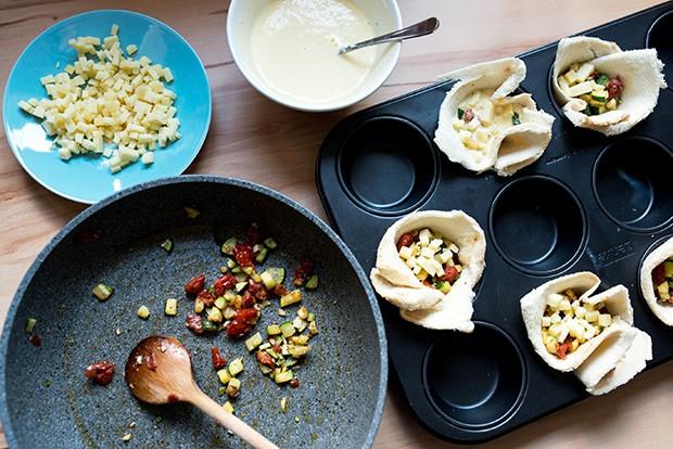 Die Toastbrotscheiben mit der Zucchinimischung und dem Käse füllen.