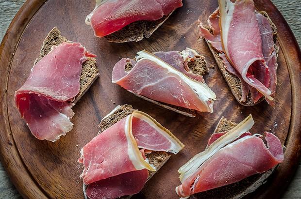 In fein geschnittenen Scheiben schmeckt das Geselchte am besten.