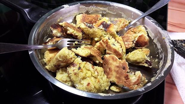 Den fertig gebackenen Teig in Stücke reißen.