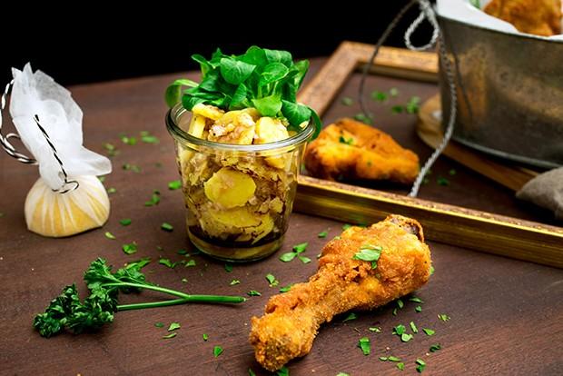 Das Backhendl mit Kartoffelsalat gehört zur traditionellen Wiener Küche.