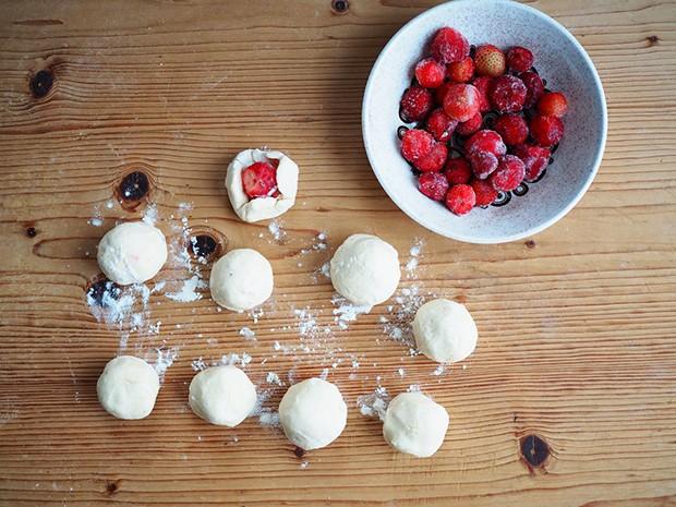 Gefüllt werden können die Topfenknödel mit Erdbeeren, Marillen oder auch Zwetschgen.