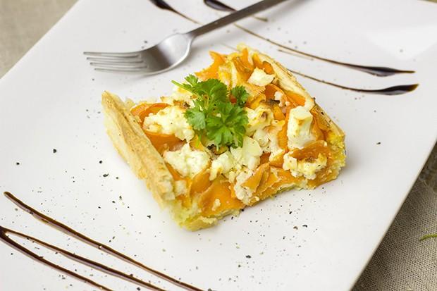 Die köstliche Karotten-Tarte mit einem einfachen Blätterteigboden mit Balsamicocreme dekoriert.