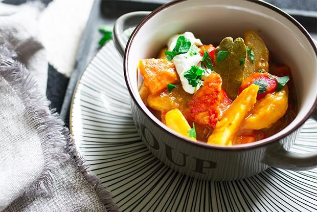 Erdäpfel und Kürbis verpackt in einem Eintopf - die ideale Kombination für ein köstliches Gulasch.