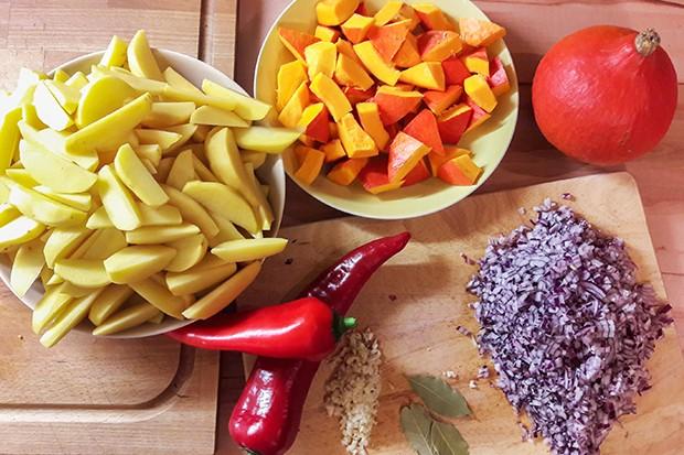 Die wichtigsten Zutaten für das Gulasch lassen sich sehr einfach vorbereiten.