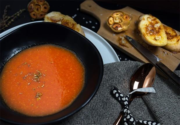Bei dieser Tomatensuppe passt das Sprichwort - Liebe geht durch den Magen!