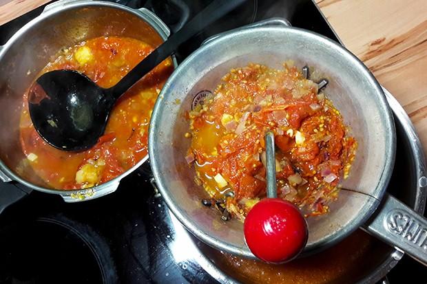 Für eine feine Tomatensuppe muss die gekochte Suppe nur mehr durch ein Sieb passiert werden.
