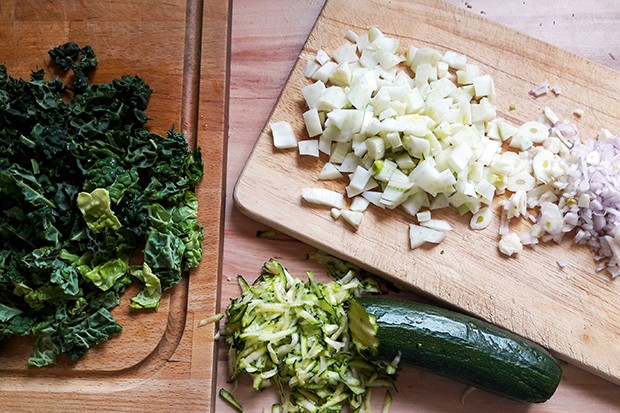 Natürlich muss man zuerst das Gemüse säubern und schneiden.