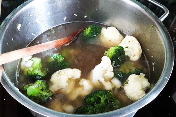 In der Gemüsesuppe wird das Gemüse al dente (bissfest) gekocht.