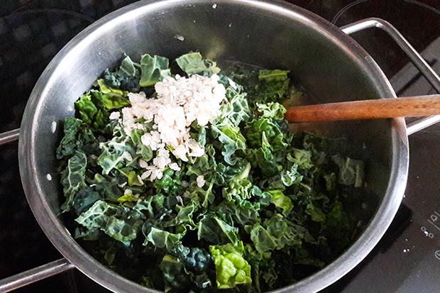 Jetzt kommen die restlichen Zutaten hinzu und danach wird die Suppe püriert.