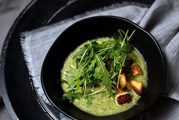 Die Suppe mit dem Topping und den frisch gewaschenen Rucola anrichten.