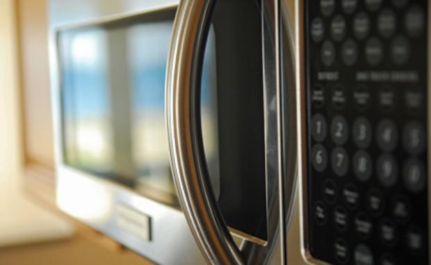 Kochen mit einer Mikrowelle