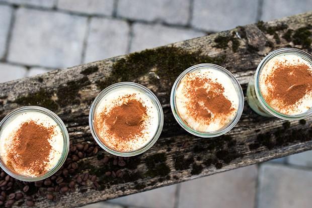 Das Kakaopulver sollte man erst kurz vor dem Servieren auf das Tiramisu streuen.