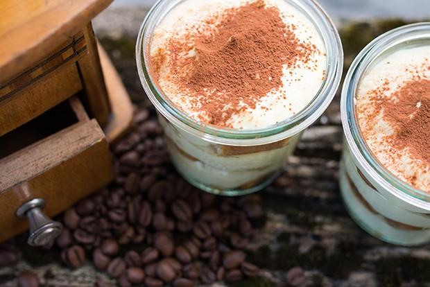 Für eine kindergerechte Variante kann man die Biskotten auch in Kakao tauchen.