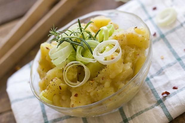 Der Salat lässt sich gut vorbereiten und sollte sowieso ein wenige durchziehen.