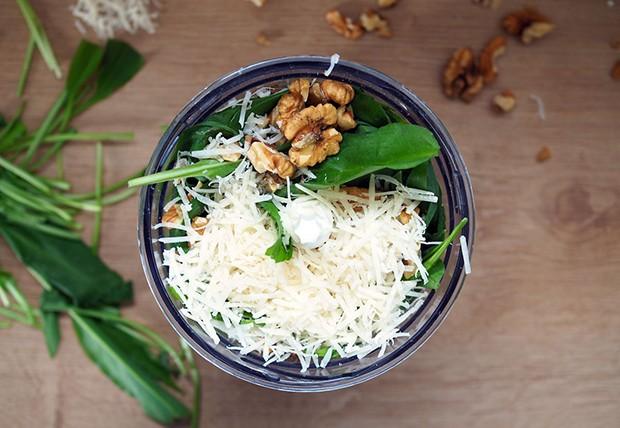 Mit nur wenigen Zutaten gelingt dieses einfache Pesto.