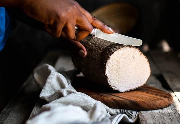 Das Yams Mehl wird aus der sogenannten tropischen Yams-Wurzel gewonnen