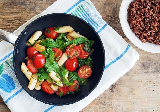 Spargel, Spinat und Cocktailtomaten sie eine perfekte Kombination für eine Gemüsepfanne.
