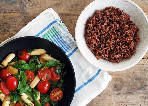 Die bunte Gemüsepfanne kombiniert mit rotem Reis aus dem Burgenland.