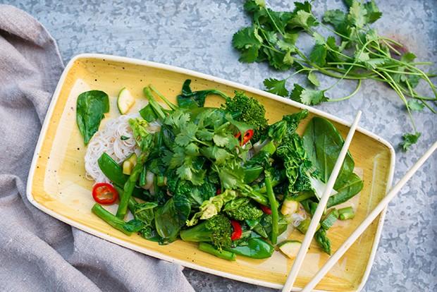 Dieses Gemüse-Wok-Rezept schmeckt nicht nur köstlich sondern ist auch noch reich an Vitaminen und Nährstoffen.