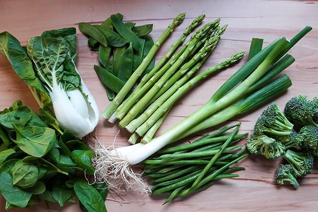 Grünes Gemüse dient als Basis für dieses einfache Gericht.