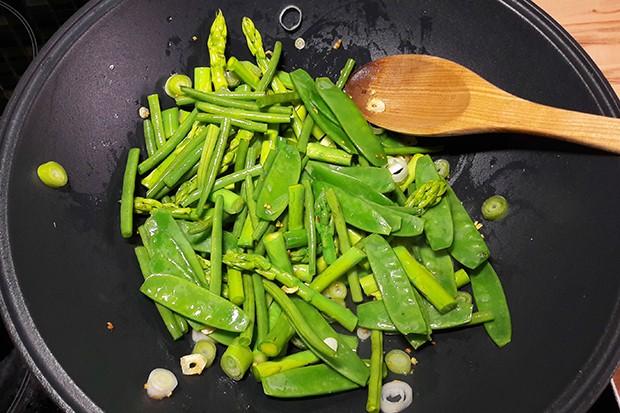 Wok mit grünem Gemüse