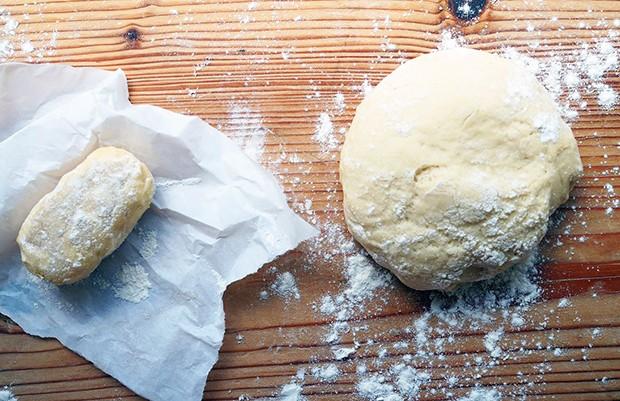 Zuerst werden der Plunderteig (=Germteig) und ein Butterziegel zubereitet.