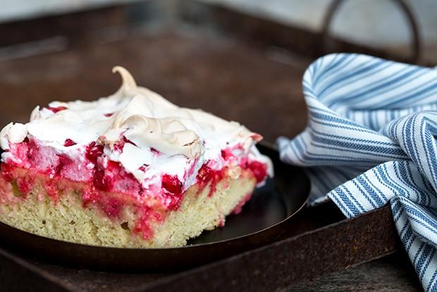 Vor allem im Sommer schmeckt dieser köstliche Blechkuchen mit frischen Ribiseln aus dem Garten am besten.