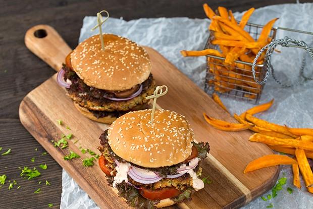 Veggie Burger mit Süßkartoffelsticks