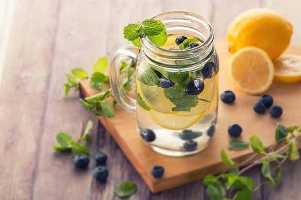 Zitronenlimenade mit Heidelbeeren