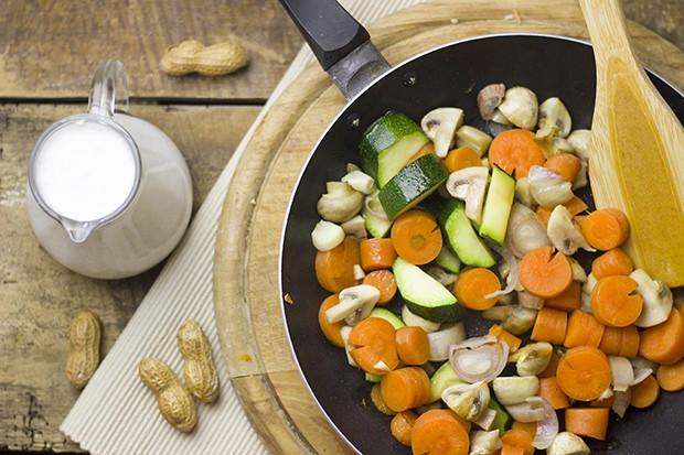 Gemüse-Curry mit gerösteten Erdnüssen