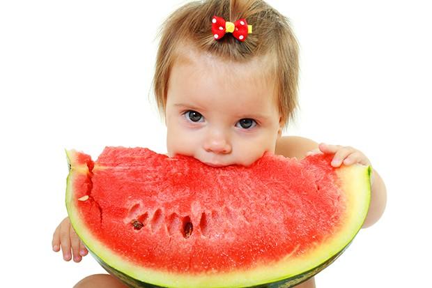 Kleinkind mit Melone
