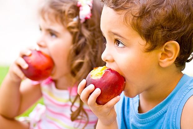 Kinder beim Apfelessen