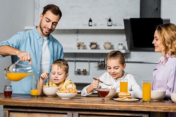 Familie mit gesunden Speisen