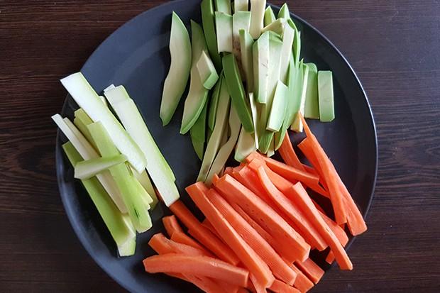 Gemüse in Stifte geschnitten