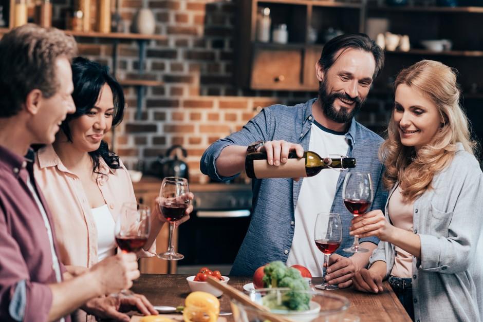 Gesellige Runde mit einer Falsch Wein