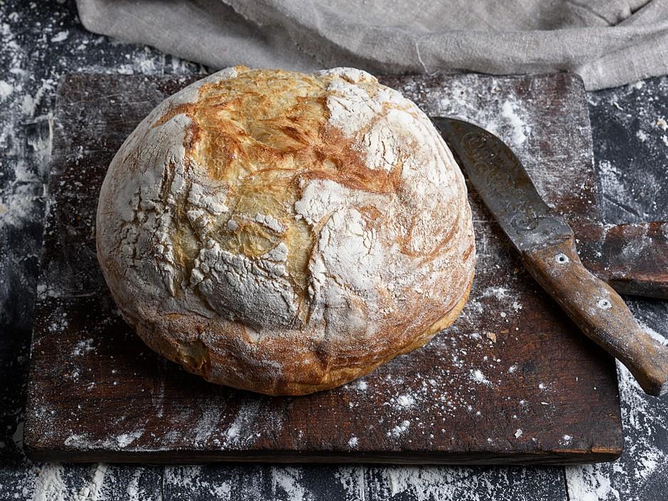 selbstgebackenes Brot mit Kruste