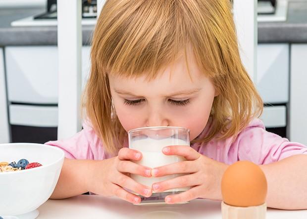 Ungesüßte Smoothies, Tees, bunte Fruchtsäfte oder Milch lieben die meisten Kinder.