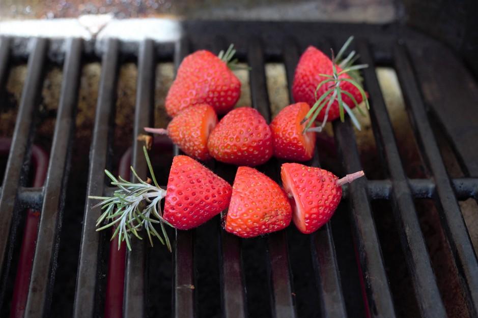 Saftige Brownies mit Erdbeeren vom Grill