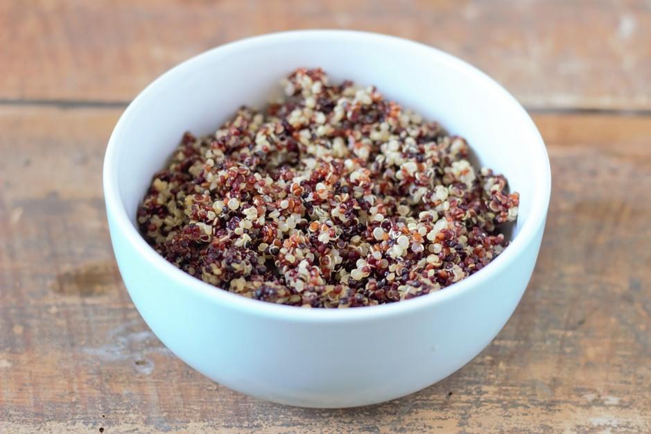 Bunter Quinoa-Salat mit Pfirsich