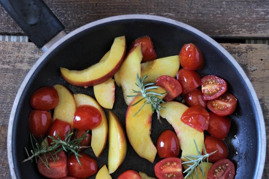 Nudelsalat mit Rucola und Pfirsich