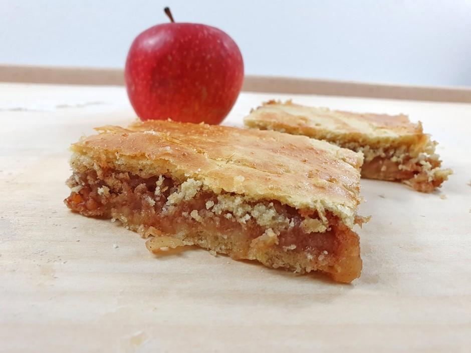 Gedeckter fertig gebackener Apfelkuchen
