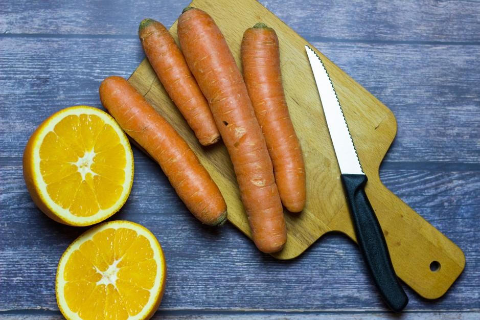 Festliche Karotten-Orangen-Suppe mit gerösteten Haselnüssen