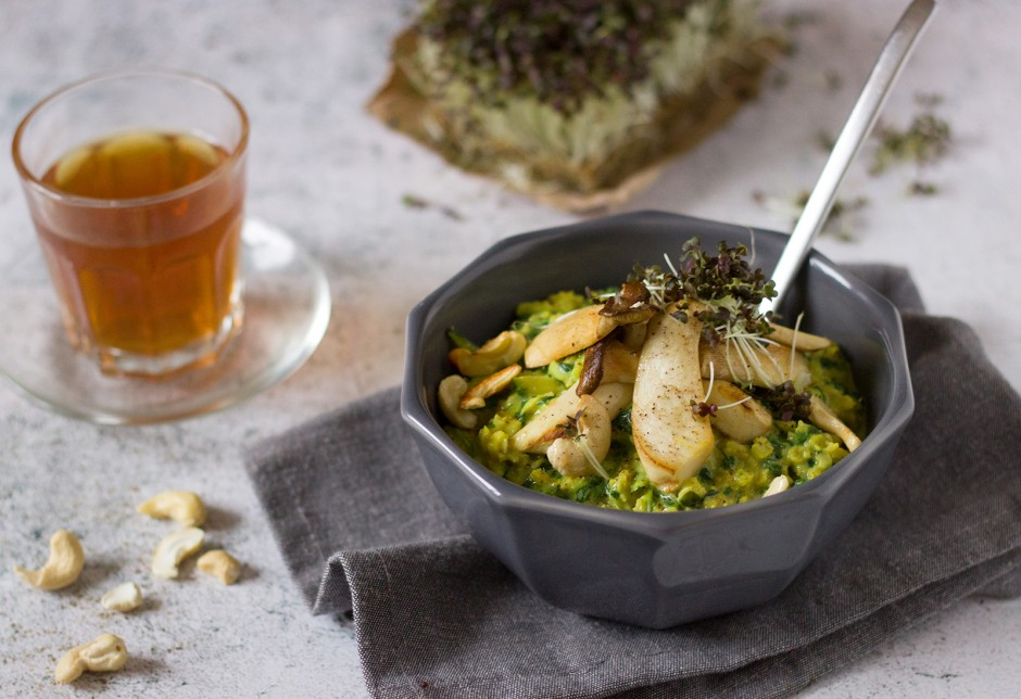 Pikantes Porridge mit Spinat und Pilzen