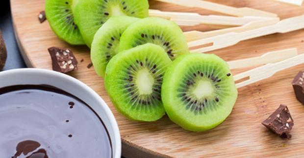 Schokoladenfondue mit frischen Kiwi