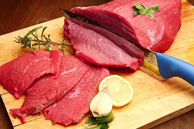Zu viel Fett sollte man wegschneiden und das Fleisch mehr würzen oder marinieren.